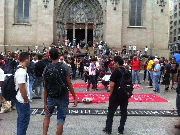 Grupo se reúne para Marcha Antifacista em São Paulo. (Foto: Marcelo Mora/G1)