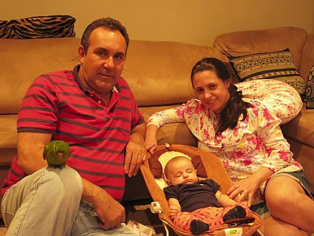 Deucimar, Simone e Valentina em casa, em Santos (Foto: Leandro Campos/G1)
