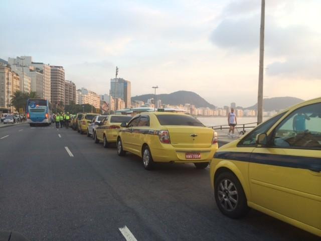 Taxistas se concentram em Copacabana (Foto: G1)