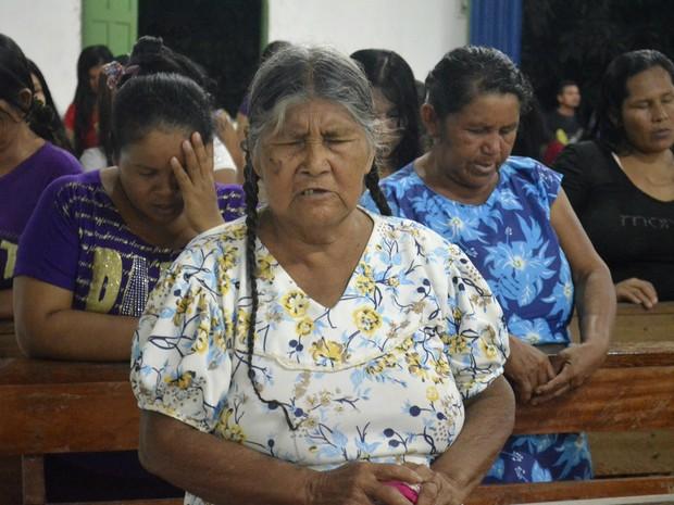 Momento de oração de indígena em culto na aldeia Kumenê (Foto: Abinoan Santiago/G1)