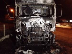 Caminhão foi incendiado em Tubarão (Foto: Gabriel Felipe/RBS TV)