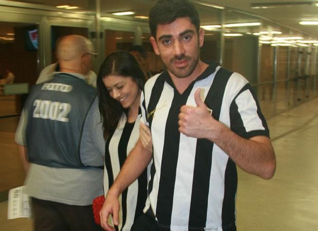 Marcelo Adnet vai com nova namorada ao jogo do Botafogo