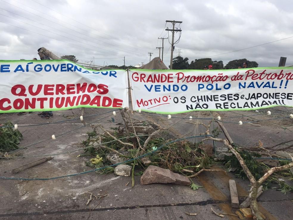 Trabalahdores pedem apoio do governo estadual para a volta das obras no estaleiro (Foto: Nathalia King/ RBS TV)