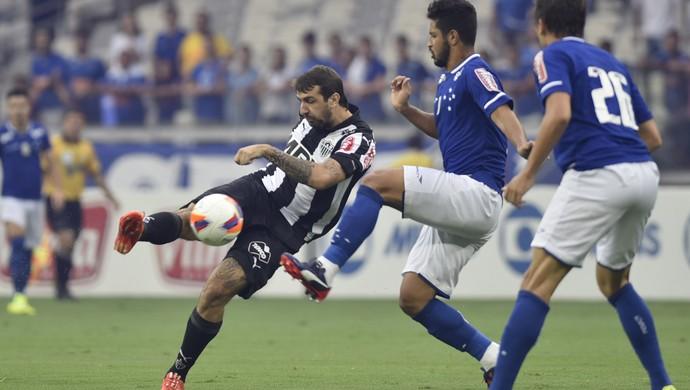 Argentino Lucas Pratto em ação pelo Atlético-MG no clássico contra o Cruzeiro (Foto: Douglas Magno)