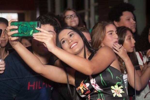 Thaynara OG assediada pelos fãs (Foto: Anderson Barros / EGO)