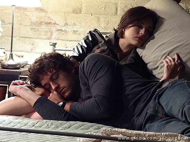 Giane e Bento dormem juntos (Foto: Sangue Bom / TV Globo)