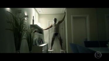 Publicitário anuncia apartamento com paródia divertida do clipe da música 'Chandelier'