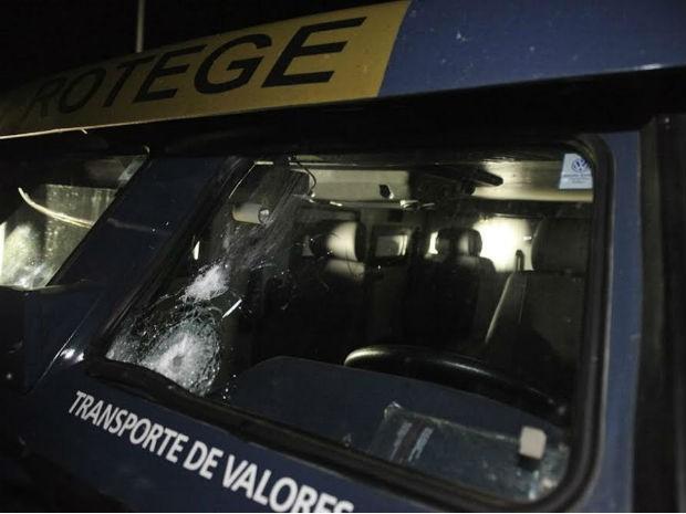 Carro-forte foi atingido por tiros de fuzis (Foto: Maurício Duch/folharegiao.com.br)