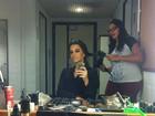 Mariana Rios posa se arrumando para gravação de programa