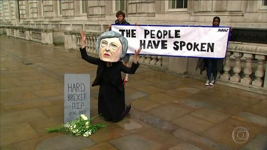 Popularidade de Theresa May bate recorde negativo
