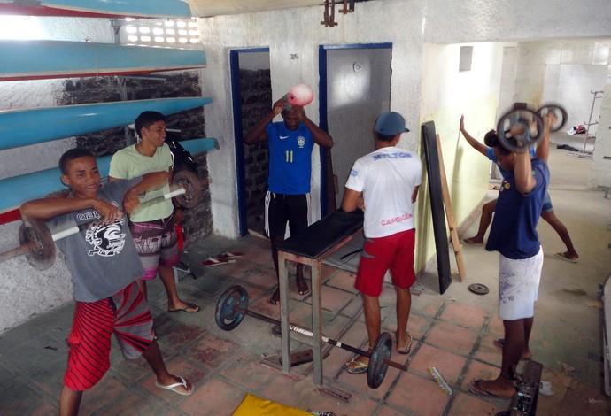 Atletas da canocagem de Ubaitaba malham em academia improvisada na sede da associação de canoagem (Foto: Raphael Carneiro)