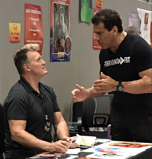 Os atores Sam J. Jones (Flash Gordon) e Lou Ferrigno (Hulk) durante a London Comic Con (Foto: Twitter)