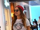 De boné e shortinho, Thaila Ayala embarca em aeroporto no Rio