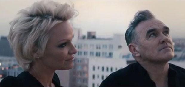 Morrissey e Pamela Anderson em cena do vídeo promocional do single 'Earth is the loniest planet' (Foto: Divulgação)