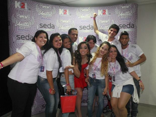 Anitta com fãs antes de show no Rio (Foto: Isac Luz/ EGO)