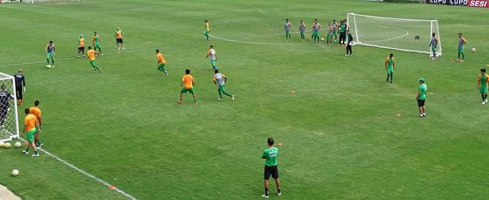Jogadores do América-MG durante treino desta quinta no CT Lanna Drumond (Foto: Guilherme Frossard)