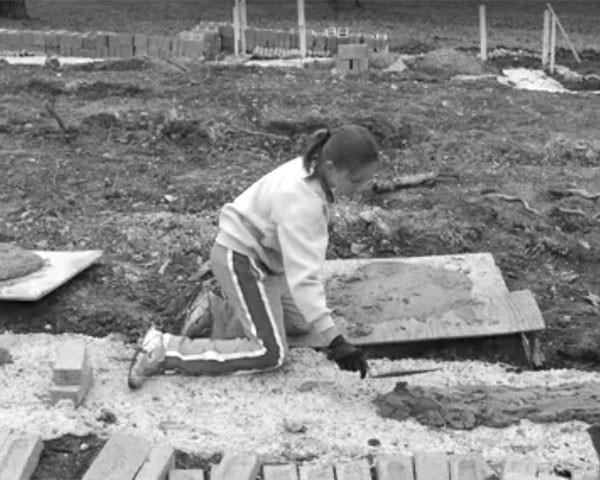 A filha de 17 anos de Cara Brookins ajudou na construção (Foto: Reprodução)