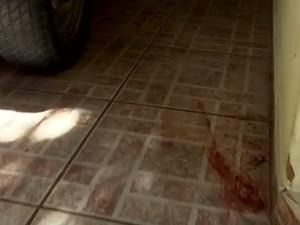 Sangue foi encontrado na garagem da casa da vítima (Foto: Reprodução / TV TEM)