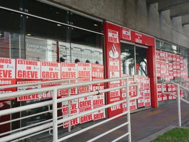 Bancos permanecem fechados por causa da greve em Maceió (Foto: Marcio Chagas/G1)