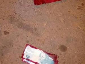 Notas manchadas de tintas ficaram espalhadas pela agência (Foto: Divulgação / Polícia Militar)