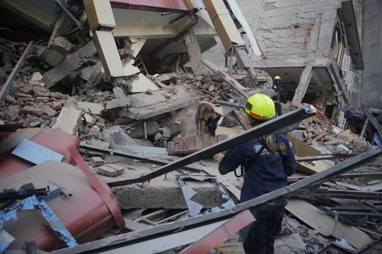 Inspetora avalia danos a prédio em Katmandu, que colapsou com o terremoto desta terça-feira (12) no Nepal (Foto: (AP Photo/Niranjan Shrestha))