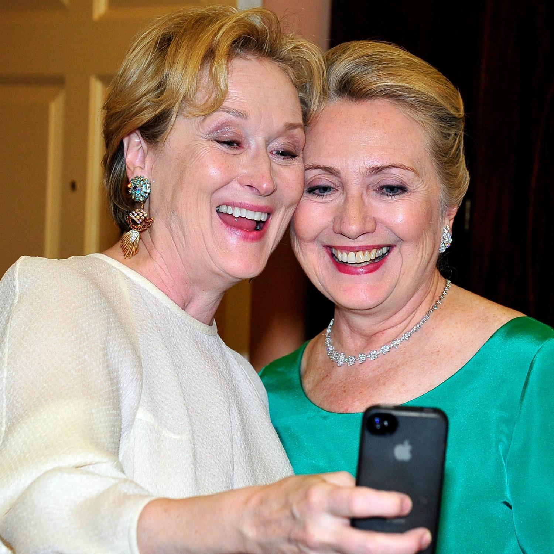 """Meryl Streep e Hillary Clinton fizeram esta """"selfie"""" por uma boa causa. Para ter acesso a foto delas juntas, é preciso pagar 200 dólares (uns 450 reais), que são dados à caridade. (Foto: Getty Images)"""