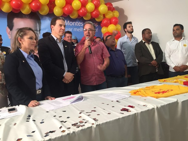 Ruy Muniz (PSB) e Danilo Narciso (PMDB) anunciam candidatura em Montes Claros (Foto: Juliana Gorayeb/G1)