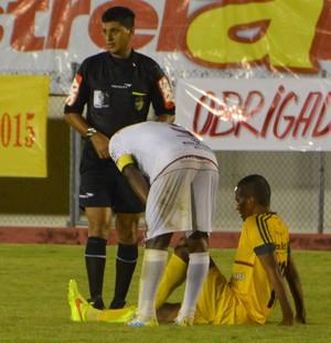 Juliano César sentiu o joelho direito, minutos após entrar no lugar de Diego (Foto: Murilo Lima)