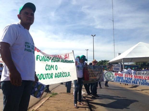 Manifestantes protestam com faixas (Foto: Leandro Nascimento/ G1)