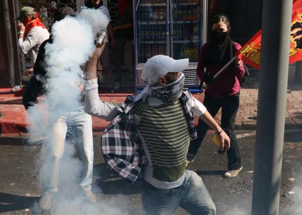 Em Istambul, turcos entraram em confronto contra a polícia durante os protestos (Foto: AP)