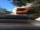 Vídeo mostra ônibus pegando fogo durante viagem na GO-020; assista