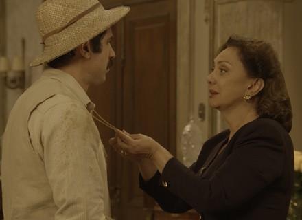 Anastácia vê medalhão no peito de Ernesto!