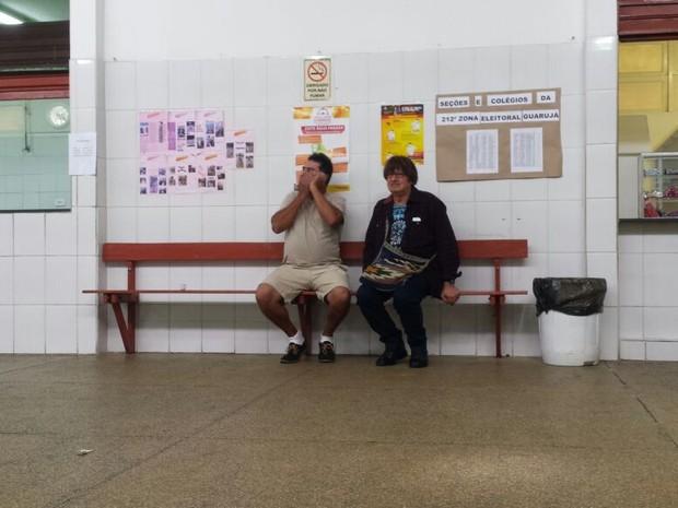 Irmãos sentaram-se lado a lado após reencontro em Guarujá, SP (Foto: Bruno Giufrida)