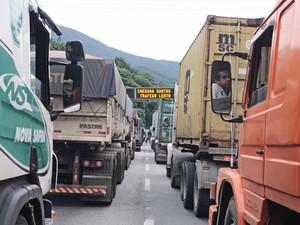 Veículos parados na Rodovia Anchieta, no quilômetro 55, sentido litoral de SP (Foto: Adriano Lima/Brazil Photo Press/Estadão Conteúdo)