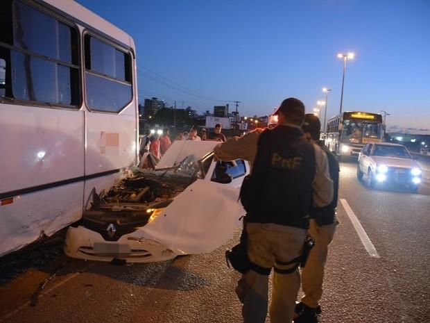 Carro entrou embaixo de ônibus em Cabedelo, na BR-230 (Foto: Walter Paparazzo/G1)