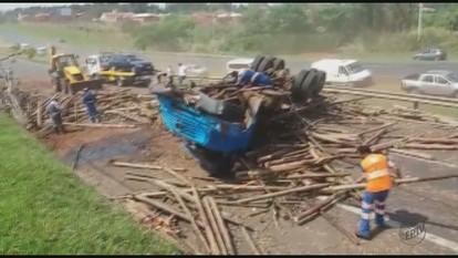 Acidente com caminhão fecha a Washington Luís e causa transtornos em São Carlos, SP
