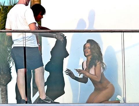 Rihanna posa nua para ensaio nos EUA (Foto: Reproduo)