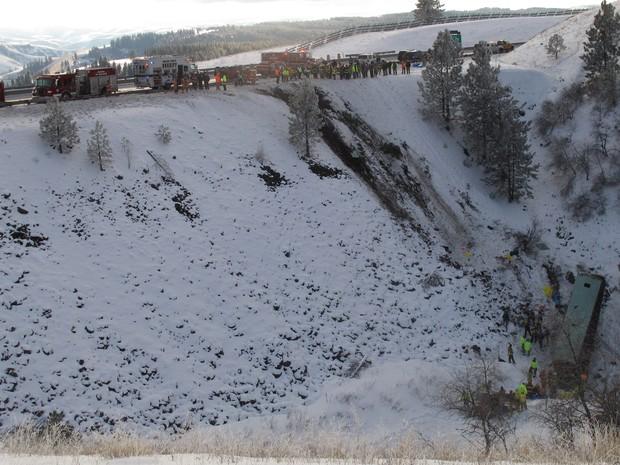 Nove pessoas morrem após ônibus cair em montanha nos EUA (Foto: AP Photo/East Oregonian, Tim Trainor)