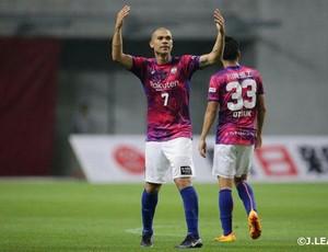 Nilton comemora gol pelo Vissel Kobe