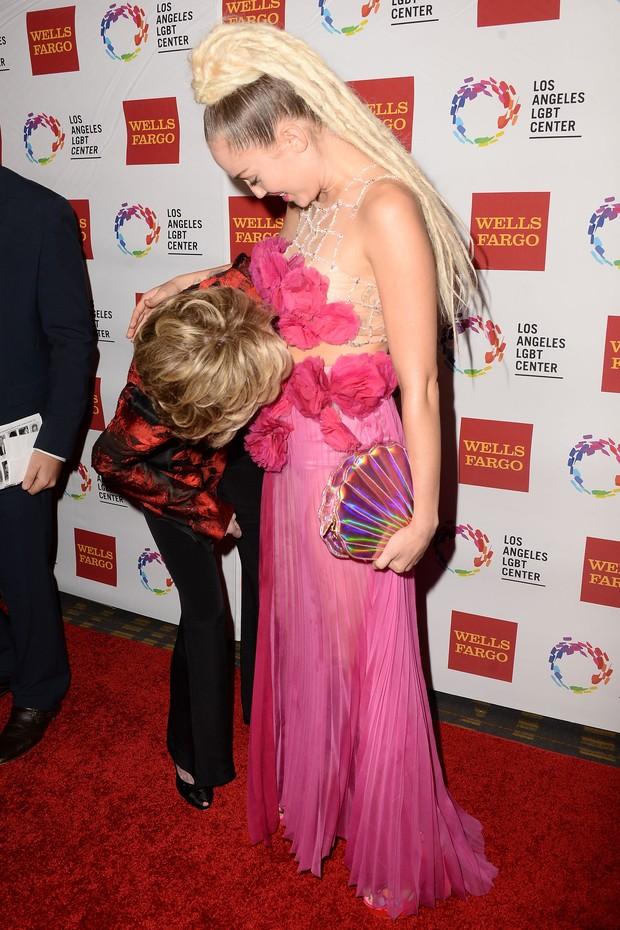 Jane Fonda e Miley Cyrus no tapete vermelho do homenageados no LGBT Vanguard Awards 2015 (Foto: Getty Image)