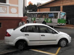 Batida entre carro e ônibus no Centro de Piracicaba deixa duas grávidas feridas (Foto: Azzine/PM)