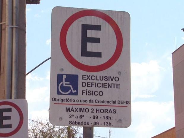 Cidade possui 97 vagas exclusivas e credenciados podem ficar por 2 horas em Araras (Foto: César Fontenele / EPTV)