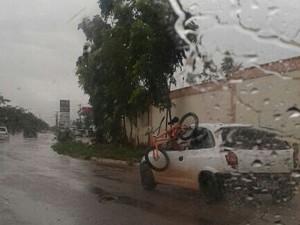Ao carregar a bicicleta enquanto dirigia, o motorista de Palmas cometeu três infrações (Foto: Divulgação)