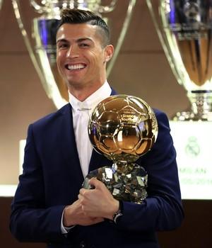 Cristiano Ronaldo com a Bola de Ouro da France Football em frente a algumas taças da Liga dos Campeões do Real Madrid (Foto: EFE/Franck Seguin )