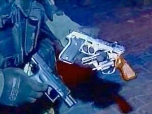 Dupla foi presa com duas armas de fogo e uma arma falsa (Foto: TV Diário/Reprodução)