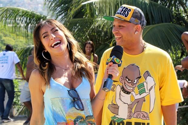 Sabrina Sato se diverte entrevistando MC Tarapi (Foto: Jessica Leone/R&B/Divulgação)