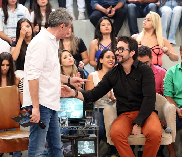 Serginho conversa com o padre Fabio de Melo (Foto: Carol Caminha/Gshow)