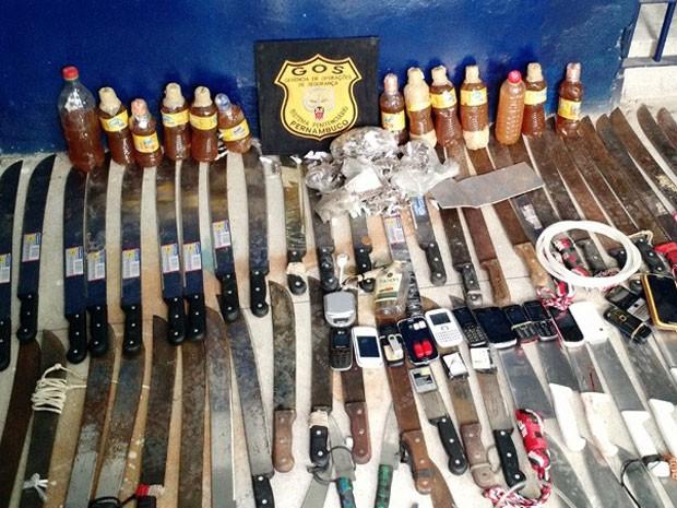 Polícia recolhe armas, celulares e drogas em vistoria no antigo Aníbal Bruno (Foto: Penélope Araújo/G1)