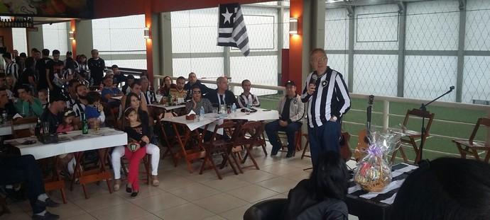Carlos Eduardo Pereira conversa com torcedores em palestra em Nova Friburgo (Foto: Felipe Basilio/GloboEsporte.com)