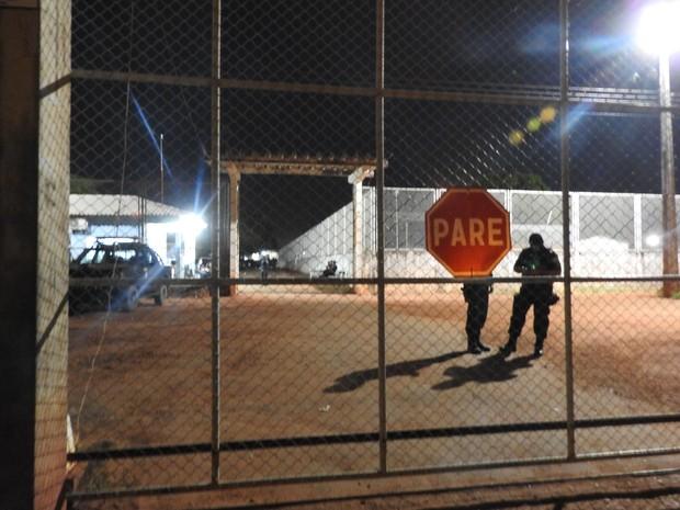 Agentes fazem policiamento da unidade minutos após reféns serem liberados (Foto: Valéria Oliveira/G1 RR)